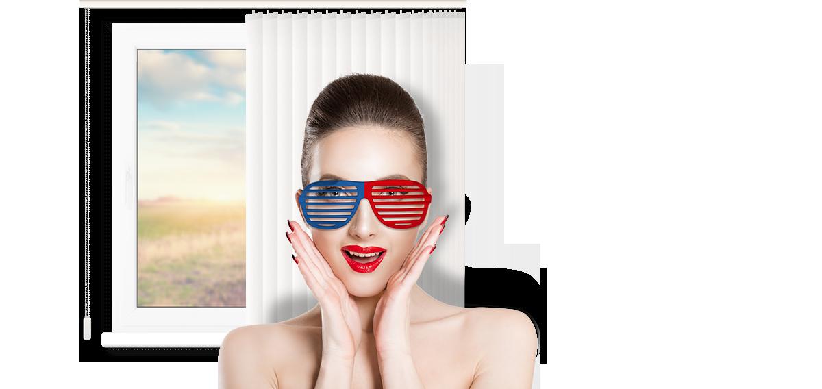 женщина в очках на фонке жалюзи